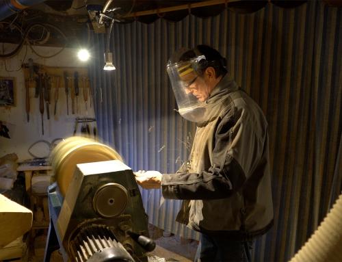 Dominique Rochet créé des luminaires en bois dans le Velay…